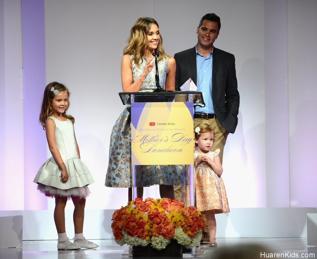 Jessica-Alba-Family-Mother-Day-Luncheon-Pictures.jpg - Jessica Alba荣膺最佳妈妈 - 华人小孩 - HuarenKids