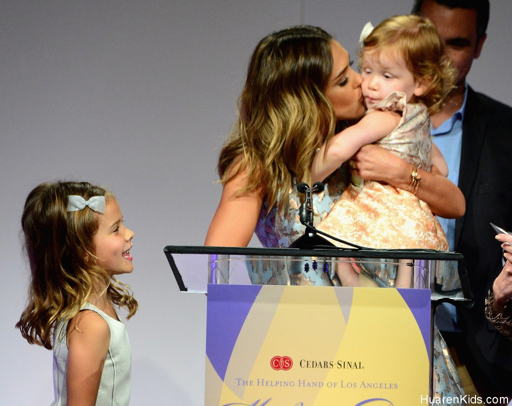 Jessica-Alba-Family-Mother-Day-Luncheon-Pictures (7).jpg - Jessica Alba荣膺最佳妈妈 - 华人小孩 - HuarenKids