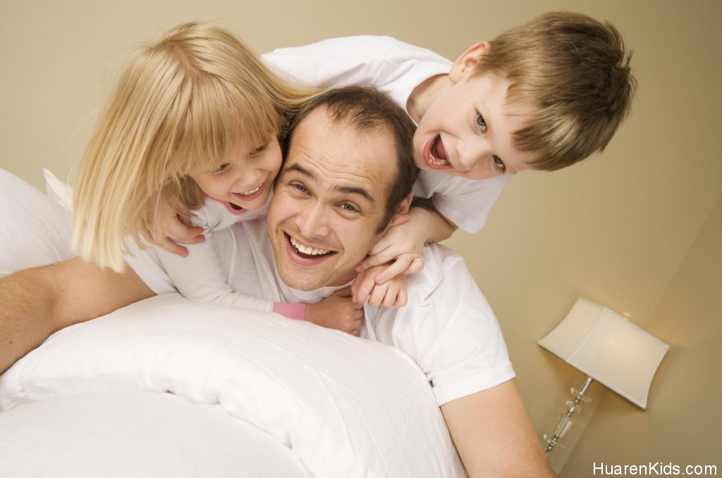 father-with-two-kids-playing.jpg - 你真的懂得陪孩子吗? - 华人小孩 - HuarenKids